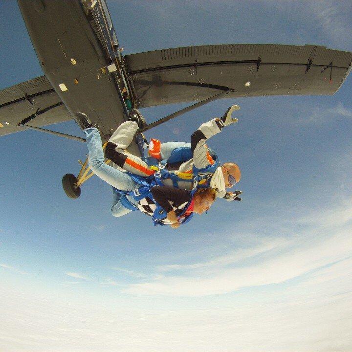 chute libre en tandem saut en parachute sport. Black Bedroom Furniture Sets. Home Design Ideas